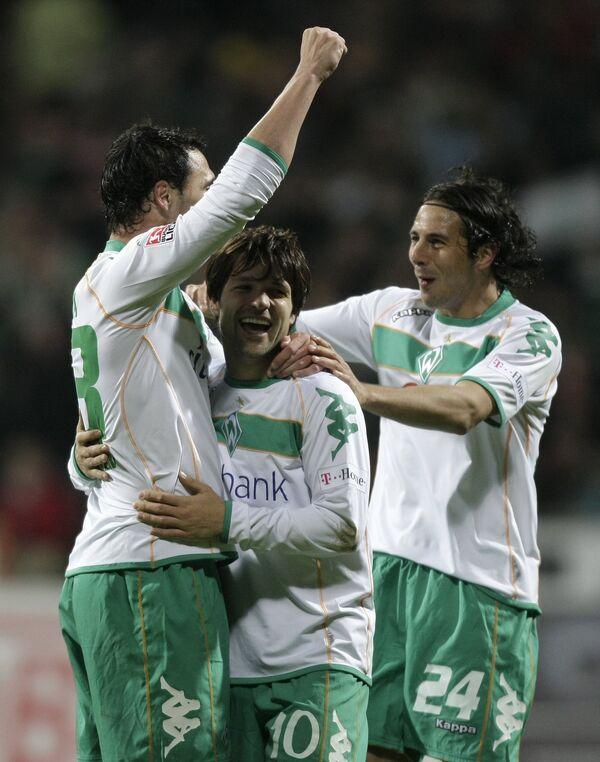 Футболисты Вердера Угу Алмейда, Диего и Клаудио Писарро (слева направо) празднуют гол первого в ворота Кельна