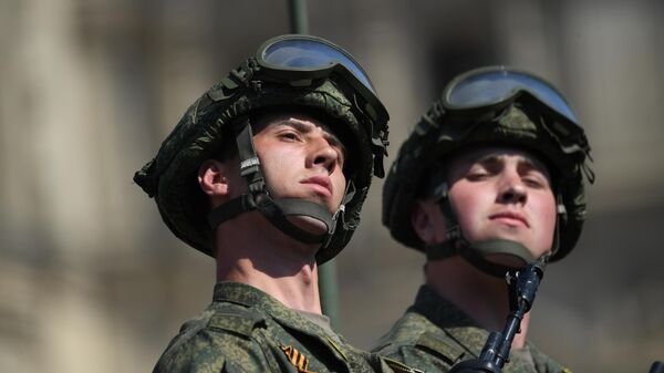 Военнослужащие на генеральной репетиции военного парада на Красной площади