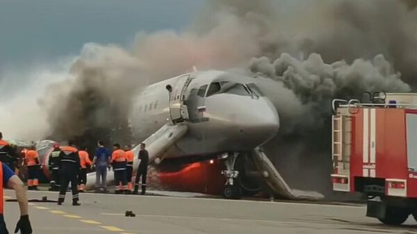 Стоп-кадр видео горящего самолета компании Аэрофлот Sukhoi Superjet 100 в Шереметьево