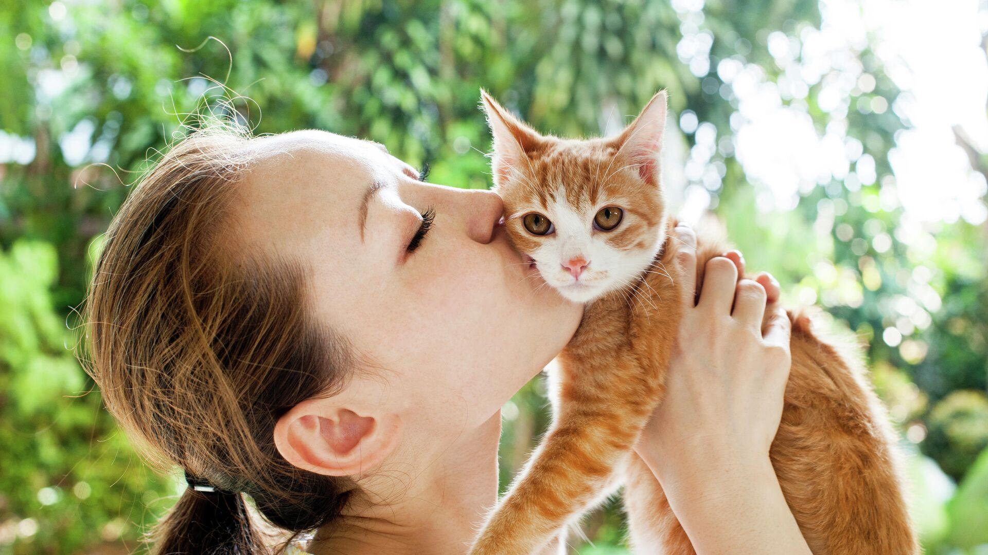 Девушка целует кота - РИА Новости, 1920, 26.01.2021