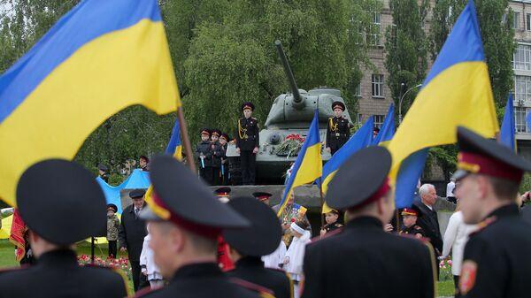 Церемония возложения цветов к памятнику Воинам-танкистам в Киеве по случаю Дня памяти и примирения, а также 74-ой годовщины победы над нацизмом во Второй мировой войне. 8 мая 2019