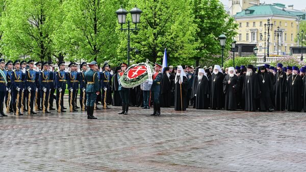 Патриарх Московский и всея Руси Кирилл во время возложения венков к Могиле Неизвестного солдата. 8 мая 2019