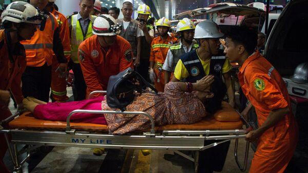 Спасатели перевозят раненого пассажира самолета авиакомпании Biman в аэропорту Янгон, Мьянма. 8 мая 2019