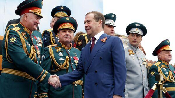 Председатель правительства РФ Дмитрий Медведев перед началом военного парада в ознаменование 74-й годовщины Победы в Великой Отечественной войне 1941–1945 годов на Красной площади в Москве