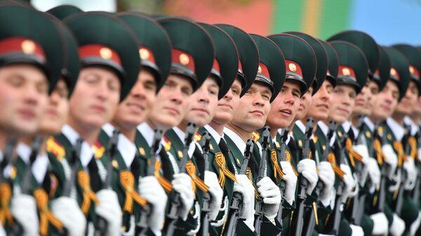 Курсанты Саратовского военного института войск Национальной гвардии РФ на военном параде на Красной площади, посвящённом 74-й годовщине Победы в Великой Отечественной войне