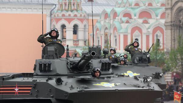 Военнослужащие на боевой машине десанта БМД-4М Садовница (на первом плане) на военном параде на Красной площади, посвященном 74-й годовщине Победы в Великой Отечественной войне