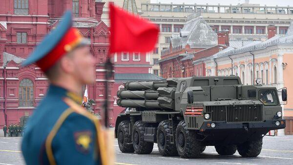 Боевая машина реактивной системы залпового огня Смерч на военном параде, посвященном 74-й годовщине Победы в Великой Отечественной войне