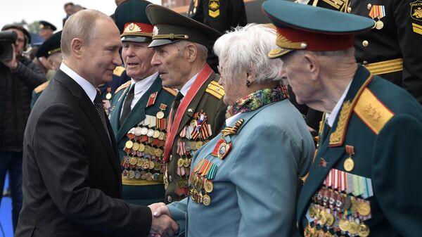 Президент России Владимир Путин после окончания военного парада в ознаменование 74-й годовщины Победы в Великой Отечественной войне 1941–1945 годов на Красной площади в Москве