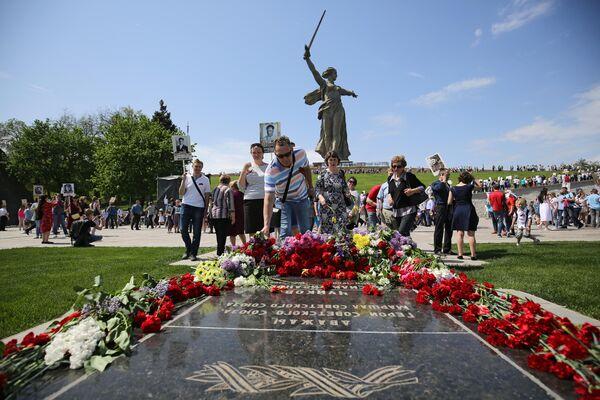 Участники акция Бессмертный полк в Волгограде