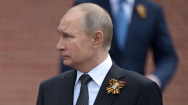 Президент РФ Владимир Путин на церемонии возложения цветов к Могиле Неизвестного солдата в Александровском саду