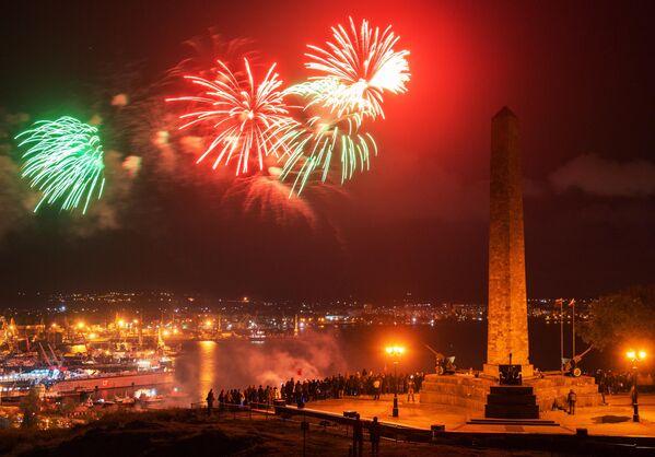 Праздничный салют на горе Митридат в Керчи в честь Дня Победы