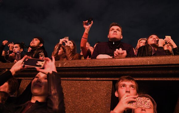 Москвичи и гости столицы смотрят праздничный салют в честь Дня Победы в Москве на Воробьевых горах