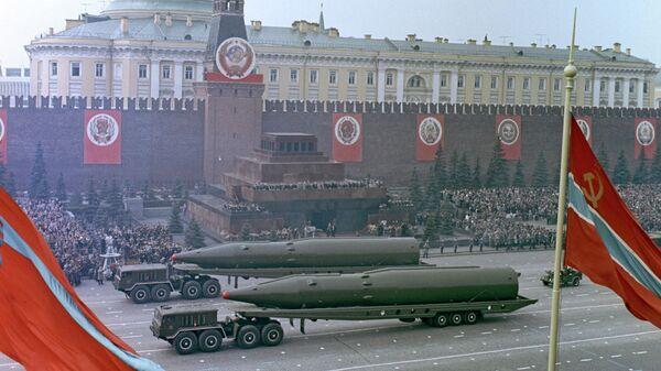 Военный парад на Красной площади в честь 20-летия Победы в Великой Отечественной войне. 9 мая 1965