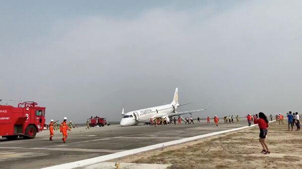 Самолет авиакомпании Myanmar National Airline после аварийной посадки в аэропорту города Мандалай