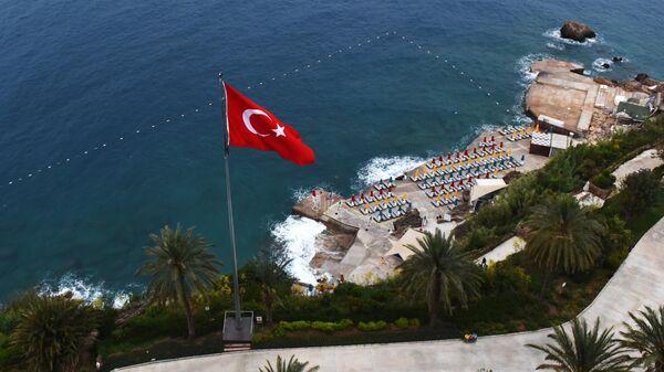 Шезлонги на пляже одного из отелей в Анталье