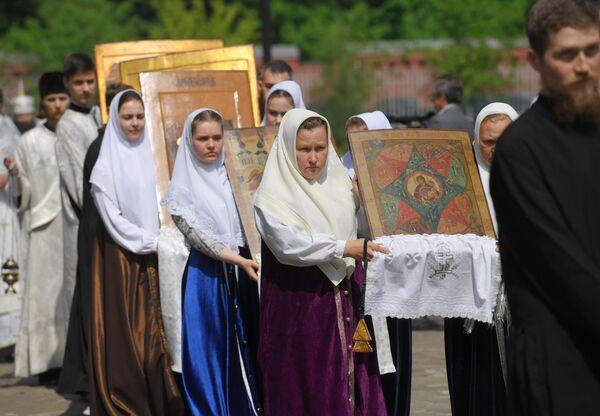 Прихожане с иконами во время крестного хода в духовном центре старообрядчества Рогожская слобода в Москве