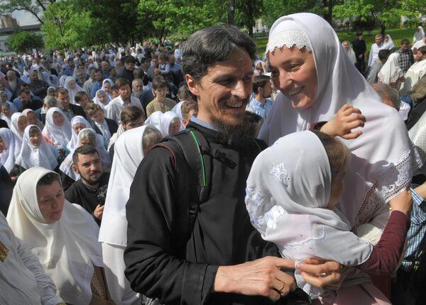 Семья с ребенком в день праздника Святых Жён-Мироносиц в духовном центре старообрядчества Рогожская слобода в Москве