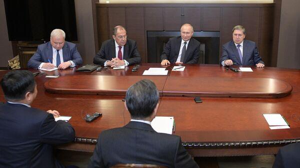 Президент РФ Владимир Путин во время встречи в Сочи с членом Госсовета Китая, министром иностранных дел КНР Ван И. 13 мая 2019