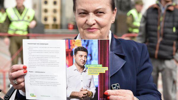 Участница акции в поддержку избранного президента Украины Владимира Зеленского у здания Верховной рады Украины. 14 мая 2019