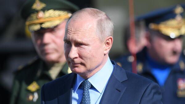 Президент России Владимир Путин во время посещения 929-го Государственного летно-испытательного центра Министерства обороны России имени В. П. Чкалова. 14 мая 2019