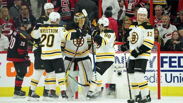 Хоккеисты Бостона радуются заброшенной шайбе в ворота Каролины