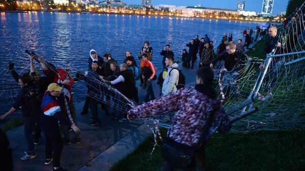 Участники протестной акции против строительства храма Святой Екатерины у театра драмы в Екатеринбурге