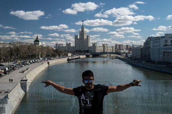 Мужчина фотографируется на Парящем мосту в парке Зарядье в Москве