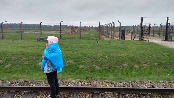 Посетительница музея Аушвиц-Биркенау в Польше