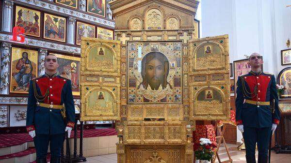 Солдаты роты Почетного караула у главной иконы храма вооруженных сил РФ Спас Нерукотворный
