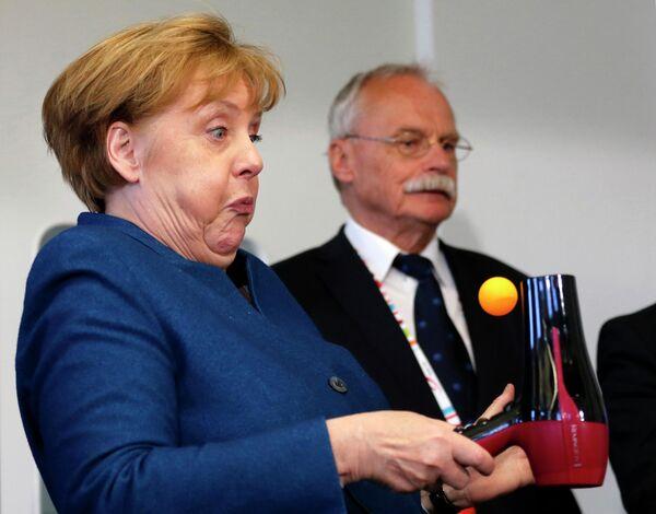 """Канцлер Германии Ангела Меркель в """"Юниорском университете"""" в Вуппертале"""
