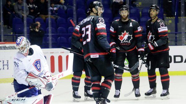 Хоккеисты сборной Канады радуются заброшенной шайбе в ворота французов