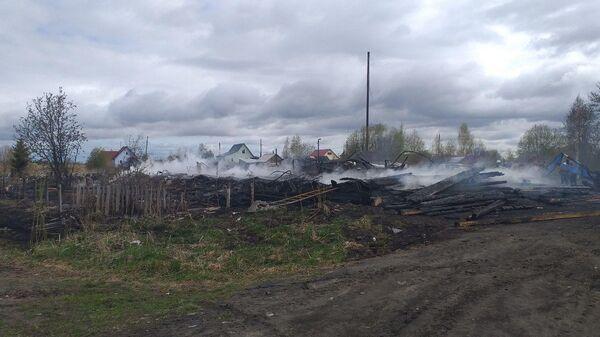 Последствия пожара двухэтажном доме на острове Кего в городе Архангельске. 17 мая 2019