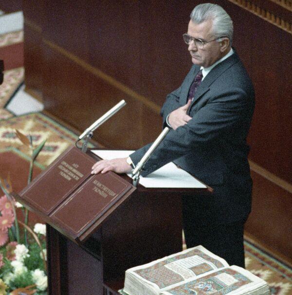 Леонид Кравчук принимает присягу в Украинском парламенте после избрания его президентом Украины