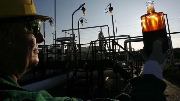 Рабочий на приемной станции нефтепровода Дружба