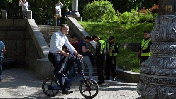 Глава Киевской городской государственной администрации Виталий Кличко во время поездки на велосипеде в Киеве. 20 мая 2019