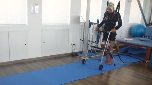 Бразильский доброволец учиться ходить при помощи стимулятора спинного мозга и системы чтения мыслей
