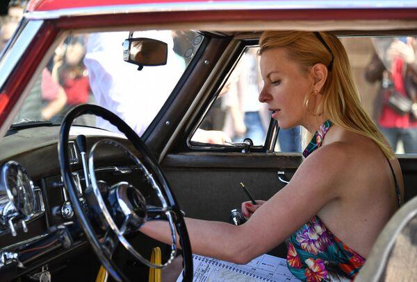 Девушка в автомобиле Mercedes Benz Type 300 Mercedes W186, который принимает участие в ралли классических ретро-автомобилей в Москве