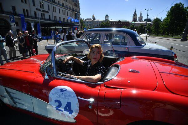 Девушка в автомобиле Chevrolet 1962 Corvette GM, который принимает участие в ралли классических ретро-автомобилей в Москве