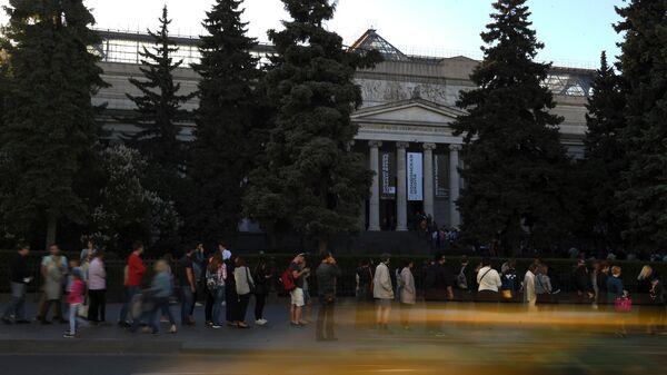 Очередь у входа в главное здание Государственного музея изобразительных изобразительных искусств (ГМИИ) имени А.С. Пушкина на улице Волхонке во время акции Ночь музеев в Москве