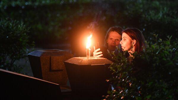 Посетители в музее-некрополе Литераторские мостки на Волковском кладбище во время акции Ночь музеев в Санкт-Петербурге