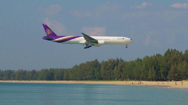 Boeing 777-200 Thai Airways заходит на посадку в аэропорт острова Пхукет