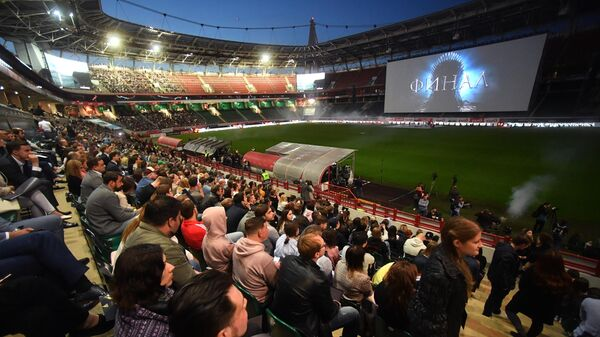 Зрители на трибунах перед показом заключительной серии сериала Игра престолов на стадионе РДЖ Арена в Москве