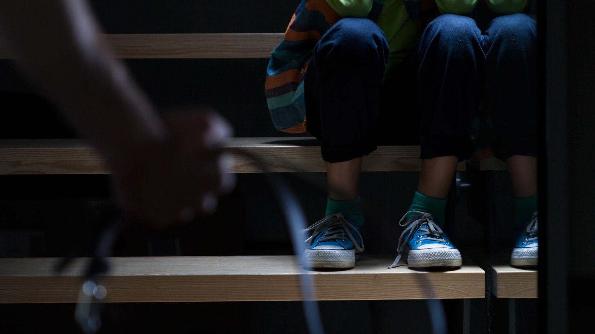 Ребенок сидит на лестнице - РИА Новости, 1920, 27.01.2021
