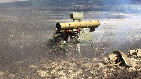 Боец стреляет из переносного противотанкового ракетного комплекса Фагот во время тактических учений