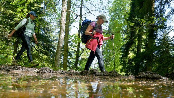 Турист гуляют по территории Кавказского государственного природного биосферного заповедника имени Х. Г. Шапошникова
