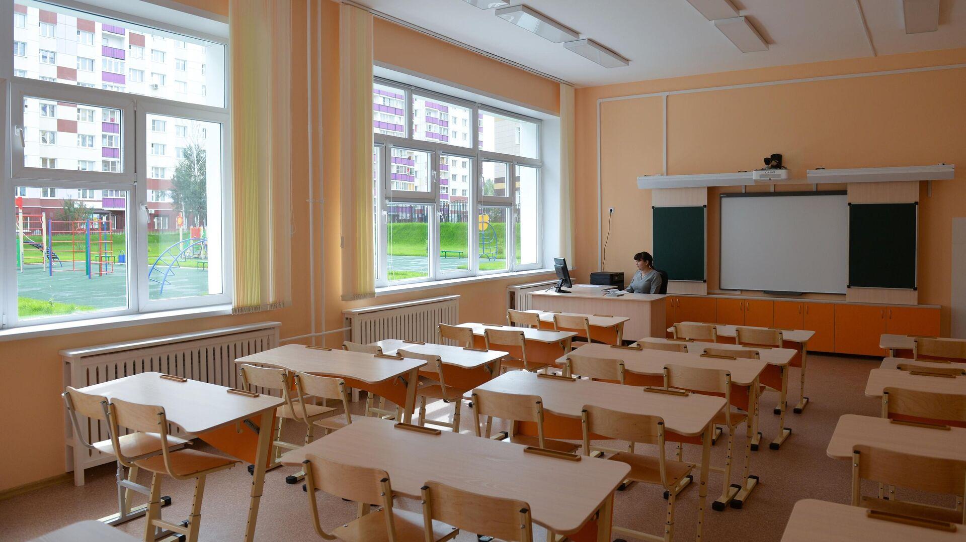 Учитель в классе школы - РИА Новости, 1920, 04.10.2020