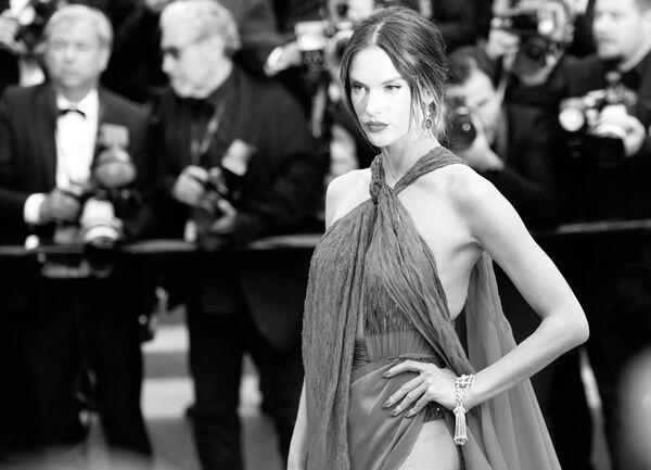 Бразильская супермодель и актриса Алессандра Амбросио на красной дорожке премьеры фильма Отверженные в рамках 72-го Каннского международного кинофестиваля