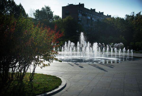 Фонтан в благоустроенном парке Сиреневый сад