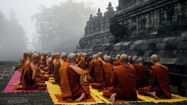 Буддийские монахи молятся в день рождения Будды в храмовом комплексе Боробудур. 18 мая 2019