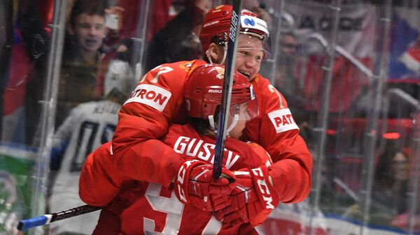 Хоккеисты сборной России Кирилл Капризов и Никита Гусев радуются заброшенной шайбе